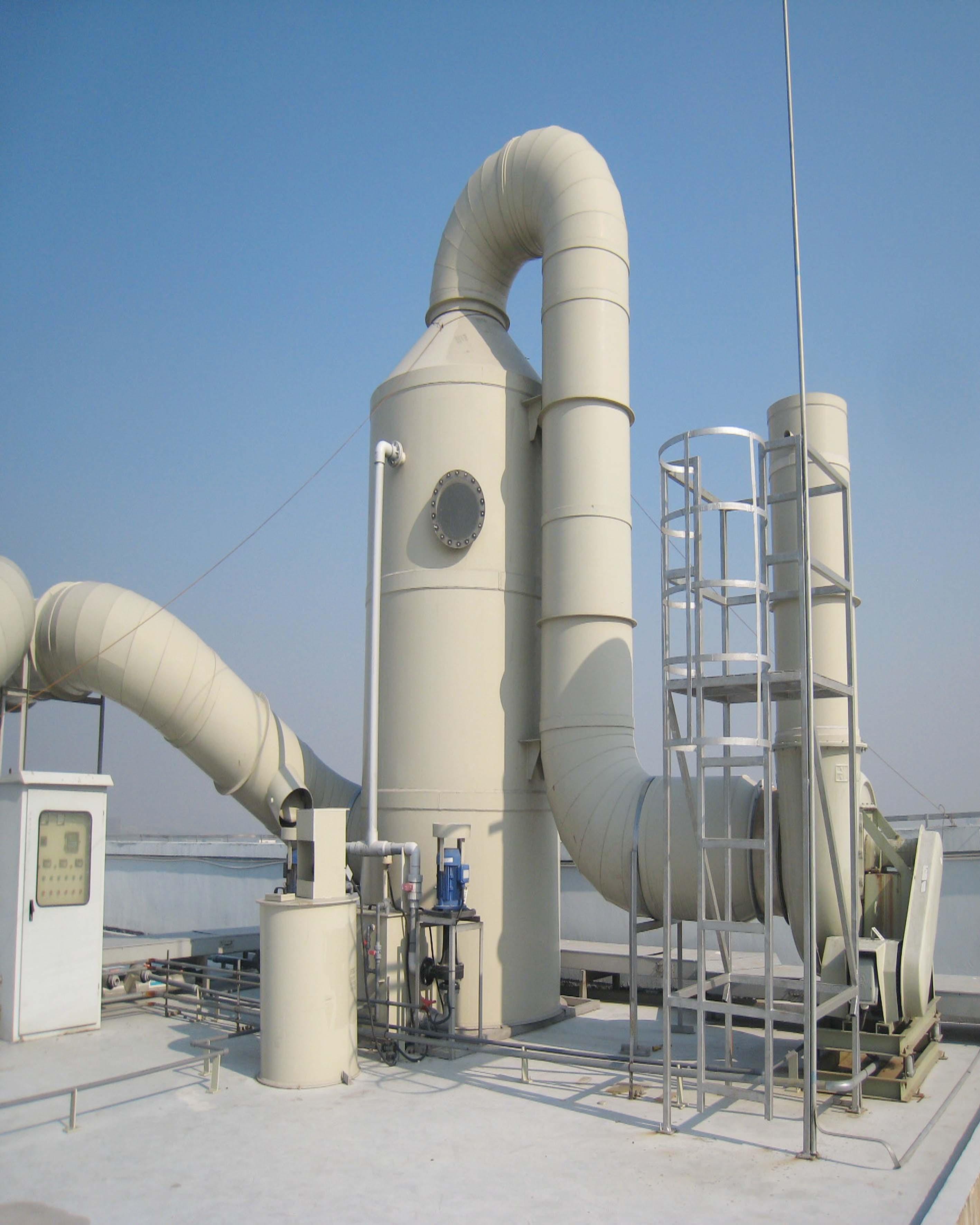 化工厂酸碱废气处理除尘设备脱硫塔设计工艺过程:喷淋洗涤塔采用氢氧化钠(NaOH)溶液(或硫酸溶液)作为吸收液来净化酸性(或碱性)气体,酸性(或碱性)气体由离心通风机吸入进风段后向上流动、而喷嘴喷出的中和液由上向下喷淋。从第二级中喷出的中和液与上升的酸性(或碱性)气体进行气液接触,吸收中和液往下湿淋第二级填料层,使从下往升的酸性(或碱性)气体获得气液接触吸收中和。中和液再向下淋第一级填料层。 再一次获得气液接触吸收中和作用,同时还增大了第一级中填料的湿淋量、从而加大了该填料层的气液比,正因为酸性(或碱性)气
